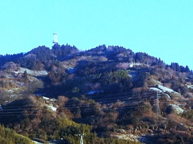 高草山が雪化粧をするとそのうち暖かくなるよ